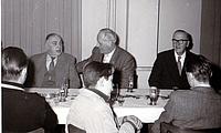 Der erste Bezirksbeauftragte ist Polizeioffizier Bölitz (re). Links neben ihm sitzt der THW-Landesbeauftragte Dr. Schmidt.