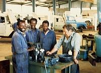 Zwei Neuköllner THW-Helfer reparieren LKW internationaler Hilfsorganisationen in Äthiopien. Gleichzeitig lernen sie Einheimische für die Reparaturen an. Quelle: THW Neukölln