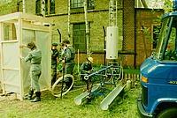 Helfer aus dem Instandsetzungsdienst errichten eine Dusche, gespeißt mit warmem Wasser aus dem Boiler. Quelle: THW Neukölln