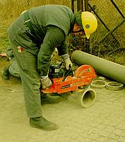 Auch der motorbetriebene Trennschleifer dient zur Gesteinsbearbeitung. Er gehört nun zur Ausstattung eines Bergungsfahrzeuges. Quelle: Christian Villwock