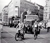 Die THW-Karavane beim Festumzug durch Kreuzberg. Der Krad-Fahrer brachte sein privates Motorrad zum Umzug mit. Quelle: THW/ Neukölln