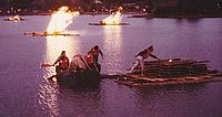 Auf dem Buga-See errichteten die THW-Helfer Holzflöße, die abends in Brand gesteckt wurden. Quelle: Bettina Becker