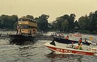 Ein ungewöhnliches Wasserfahrzeug: THW-Helfer aus Kreuzberg/Neukölln transportieren während der Übung 'Maikäfer' auf ihrer Pontonfähre einen BVG-Bus über die Havel. Quelle: THW Neukölln