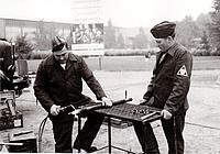 Hier demonstrieren THW-Helfer ihre Fähigkeiten beim Schweißen. Der Metalltisch wurde auf der Industrieausstellung gebaut und wird heute noch im Ortsverband Neukölln benutzt. Quelle: THW/ Neukölln